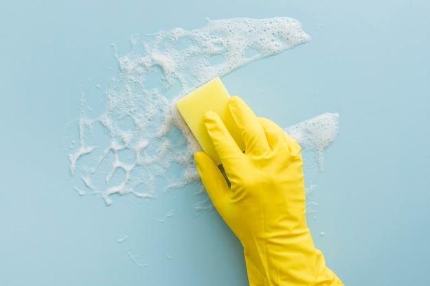 Nettoyage des gants en caoutchouc avec une éponge