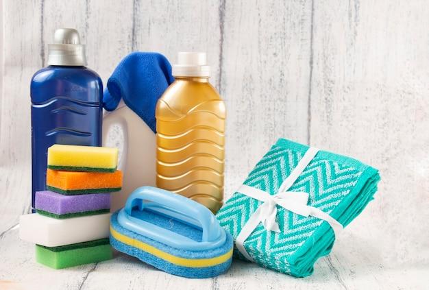 Nettoyage général de la maison : éponge brosse chiffons serviette éponge avec liquide pour nettoyer la maison