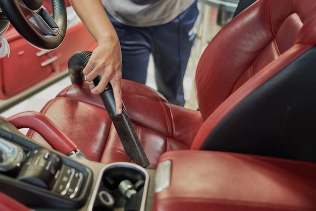 Nettoyage de l'intérieur de la voiture avec un aspirateur