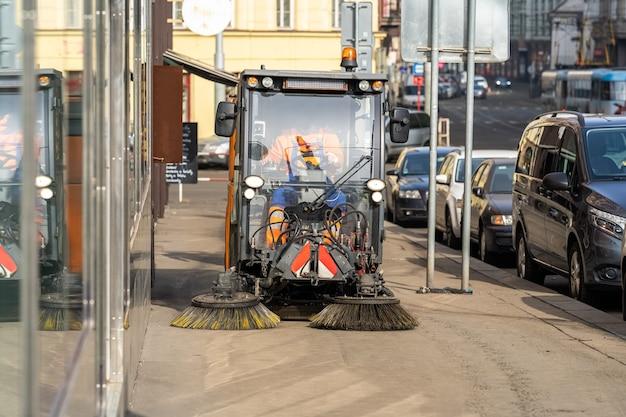 Nettoyage à la machine des rues de la ville