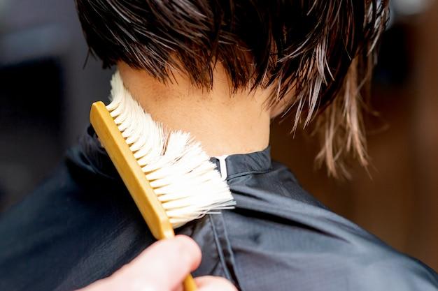 Nettoyage à la main du cou de la femme.