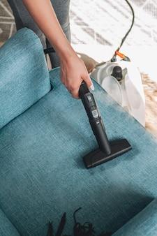 Nettoyage à la main d'un fauteuil avec un nettoyeur vapeur
