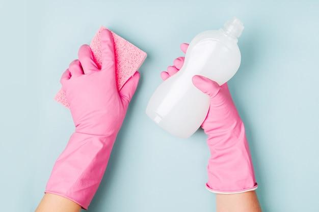 Nettoyage des mains des femmes sur fond bleu fond de concept de nettoyage ou d'entretien ménager