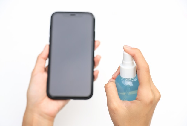 Nettoyage des mains smartphone avant utilisation des bactéries et virus corona