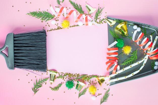 Nettoyage de noël après. outils de nettoyage balai et pelle et décorations de noël inutilisées après la vue de dessus de la fête à plat. concept de nettoyage après les vacances, nettoyez le désordre.