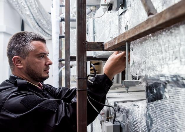 Nettoyage par ventilation. spécialiste au travail. réparer le système de ventilation