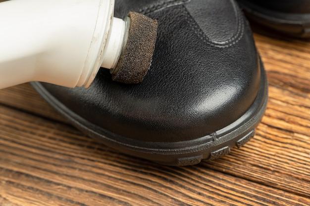 Nettoyage polissage restauration bottes cuir noir avec brosse éponge