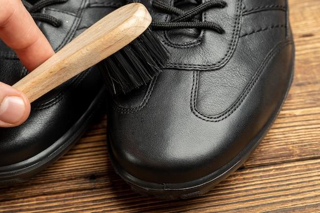 Nettoyage polissage restauration bottes cuir noir avec brosse