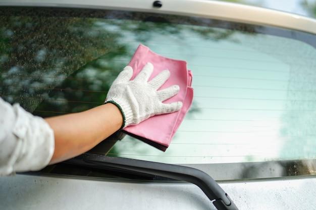 Nettoyage de la poussière sale à l'arrière de la voiture.