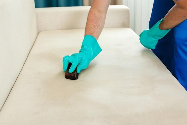 Nettoyage préalable des meubles avant nettoyage à sec. travail manuel.