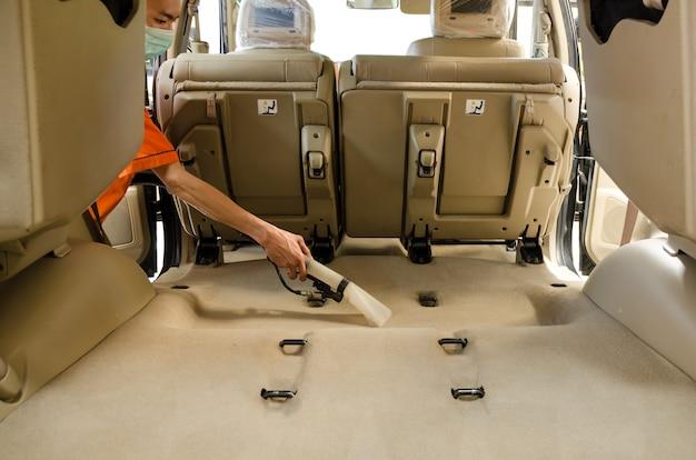 Nettoyage professionnel du tapis intérieur des sièges arrière