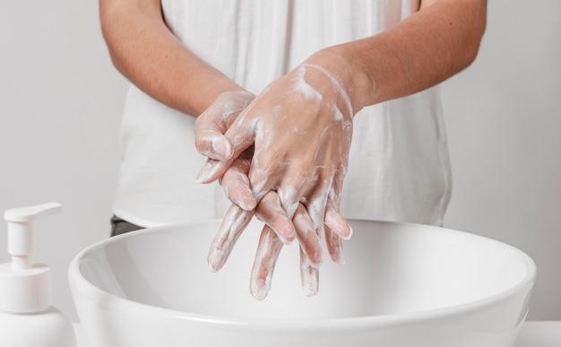 Nettoyage en profondeur des mains avec de l'eau et du savon