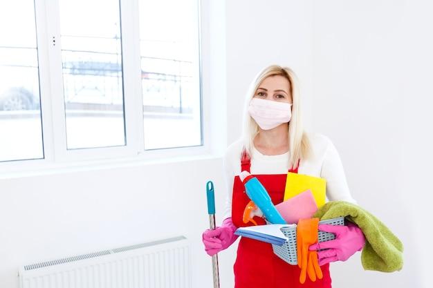 Nettoyage en profondeur pour la prévention de la maladie covid-19. alcool, spray désinfectant à domicile pour la sécurité, infection par le virus covid-19. femme de ménage
