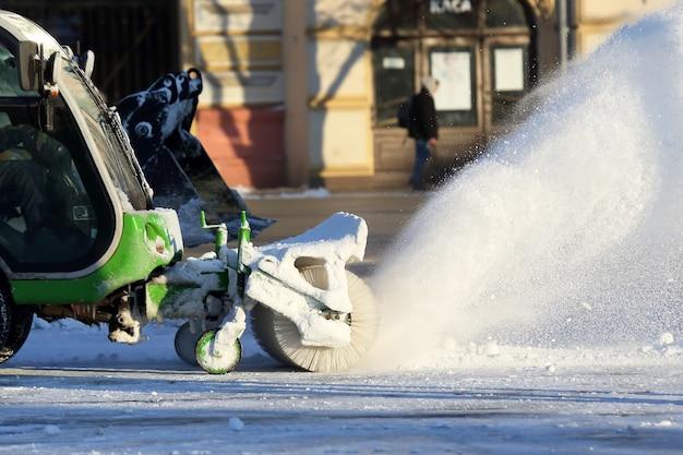 Nettoyage des rues de la ville de la neige à l'aide de machines spéciales