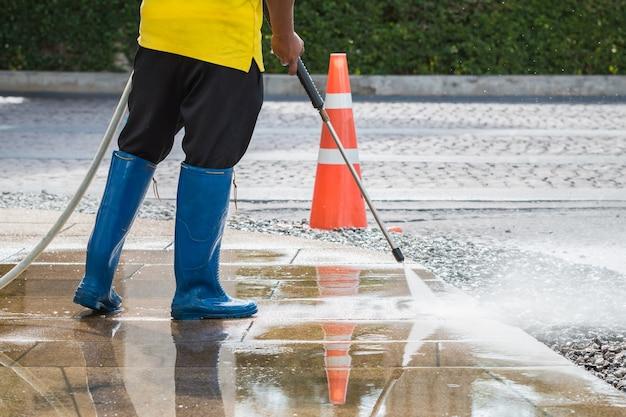 Nettoyage de sol extérieur avec jet d'eau à haute pression