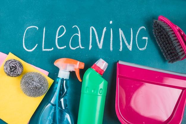 Nettoyage de texte avec des produits sur fond bleu