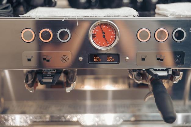 Nettoyage des vêtements sur une machine à café professionnelle au café