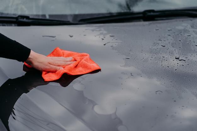 Nettoyage de la voiture à l'aide d'un chiffon en microfibre