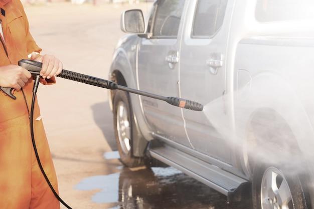 Nettoyage de voiture à l'aide d'eau à haute pression.