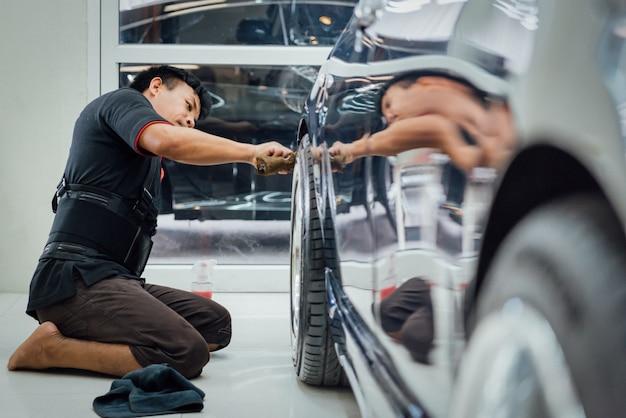 Nettoyage de la voiture à l'atelier d'entretien automobile