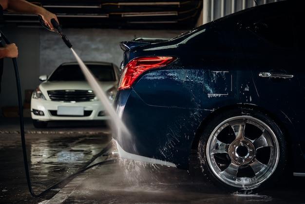 Nettoyage de la voiture (détails de la voiture) dans un magasin d'entretien de la voiture