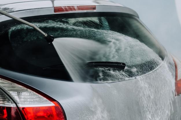 Nettoyage de la voiture avec de l'eau à haute pression.