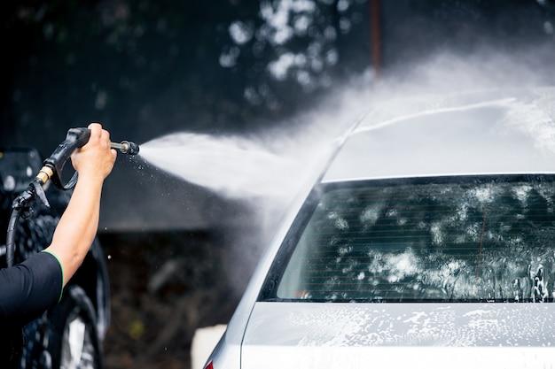 Nettoyage de voiture avec nettoyeur haute pression