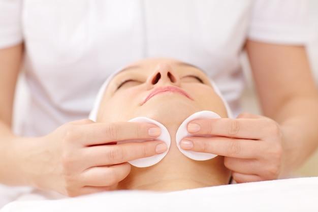 Nettoyant cosmétique visage à l'aide de coton