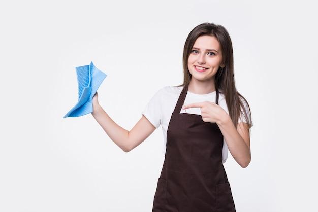 Nettoyant jeune femme tenant une éponge isolée