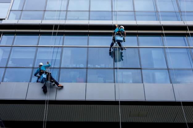 Nettoyant pour vitres travaillant sur un verre.