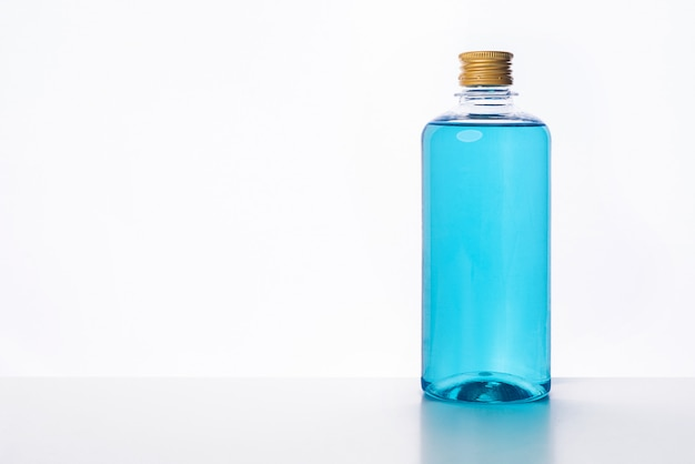 Nettoyants à base d'alcool pour les bactéries et les virus anti sur fond blanc, les personnes utilisant de l'alcool pour se laver les mains pour prévenir le virus covid-19,