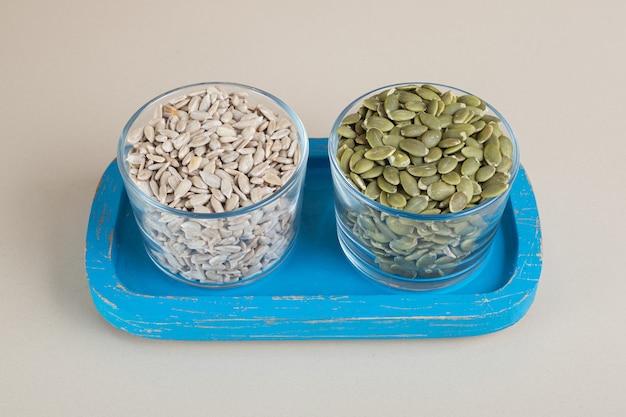 Nettoyé les graines de citrouille et de tournesol dans un plateau bleu.
