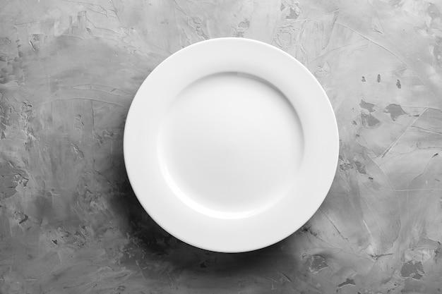 Nettoyer l'assiette vide sur une surface grise
