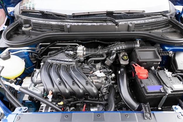 Nettoyer le compartiment moteur d'une toute nouvelle voiture, d'une cylindrée de 1600 millimètres