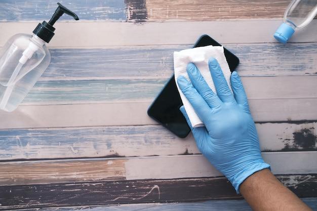 Nettoyer l'écran du téléphone portable pour prévenir les virus