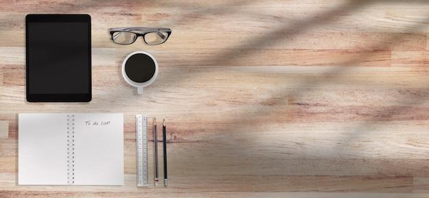 Nettoyer le lieu de travail de table en bois avec des fournitures avec espace de copie.