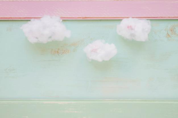 Nettoyer les nuages sur le mur de grunge