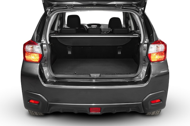 Nettoyer, ouvrir le coffre vide dans le suv de voiture grise sur fond blanc isolé