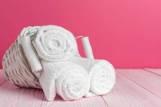 Nettoyer les serviettes douces sur la table en bois
