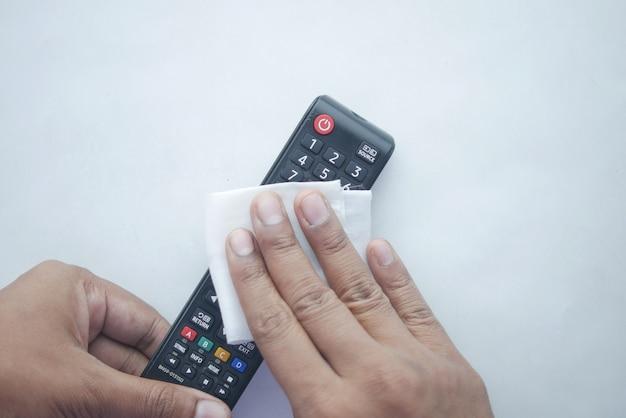 Nettoyer la télécommande du téléviseur avec un chiffon en tissu antibactérien.