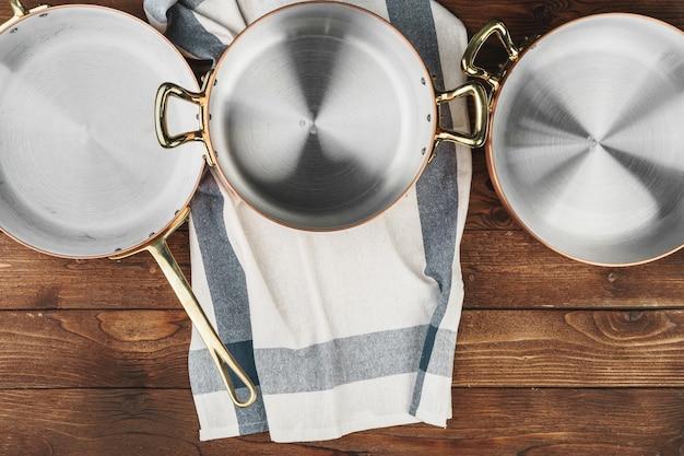 Nettoyer les ustensiles de cuisine en cuivre brillant sur planche de bois