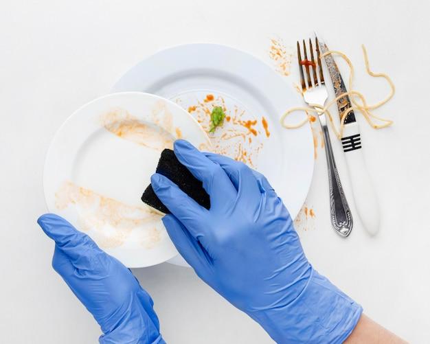Nettoyer la vaisselle sale