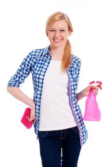 Nettoyeur femme blonde tenant une éponge et un spray