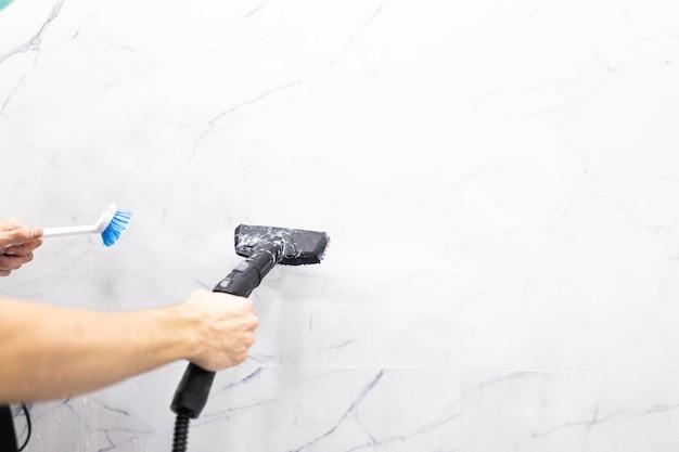 Nettoyeur vapeur pour nettoyer la maison de la vapeur sort de la brosse