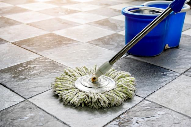 Nettoyez les sols carrelés avec des serpillières et des produits de nettoyage des sols.