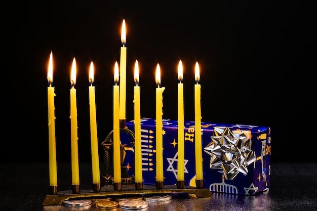 Neuf bougies allumées sur fond flou. concept de hanoukka