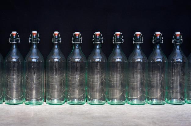 Neuf bouteilles vides