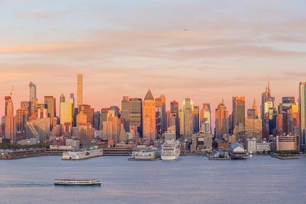 New york city midtown manhattan coucher de soleil vue panoramique sur la rivière hudson aux états-unis