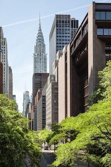 New york, usa - 01 juin 2014 : chrysler building et architecture moderne de manhattan. manhattan est le plus densément peuplé des cinq arrondissements de la ville de new york