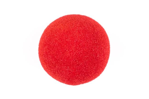 Nez de clown rouge isolé sur fond blanc